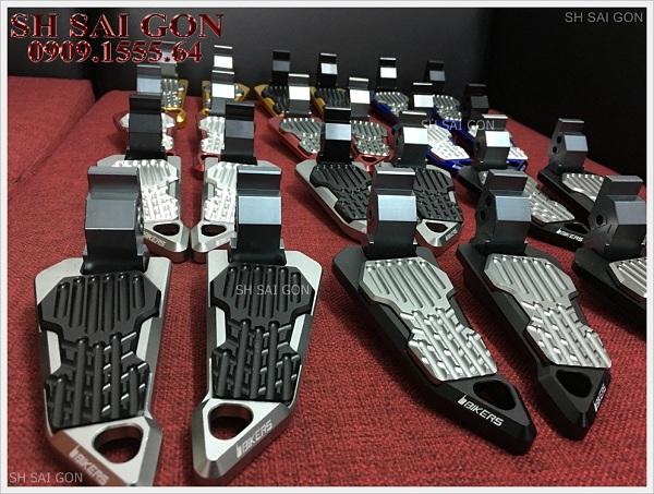 Hình ảnh gác chân Biker nhôm nguyên khối đẳng cấp cho xe SH 2017 giá phải chăng chính hãng ở Trung tâm đồ chơi xe SH Sài Gòn